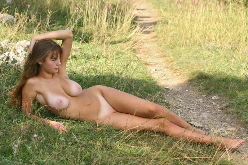 Голые в теле на природе